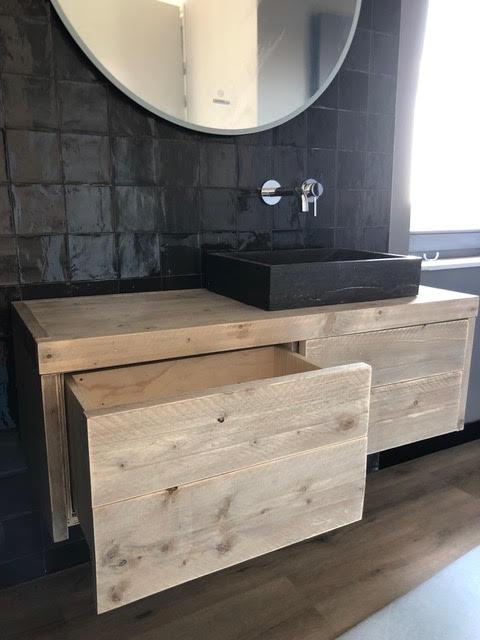 Wastafelmeubel van steiger hout met waskom van hardsteen