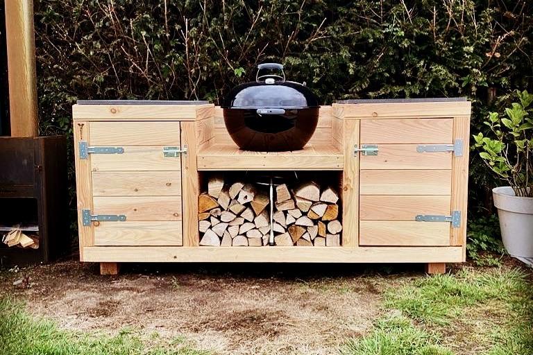 Buitenkeuken van douglas hout met weber bbq ingebouwd